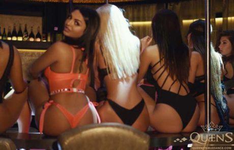 Striptease Tänzerin in Queens Strip Club